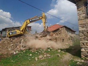 Beyşehir'de metruk yapı yıkım çalışmaları