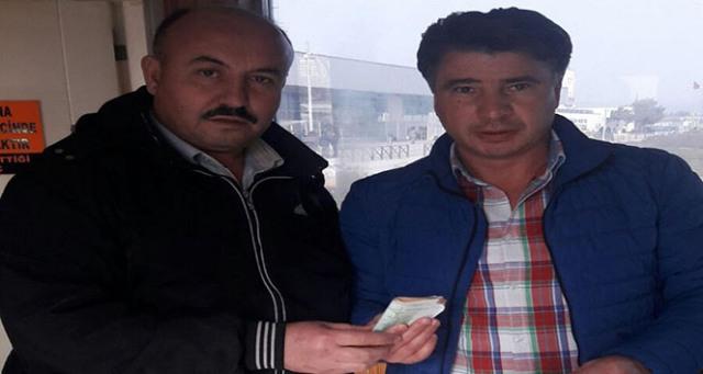 Taksici aracında unutulan para dolu çantayı sahibine teslim etti