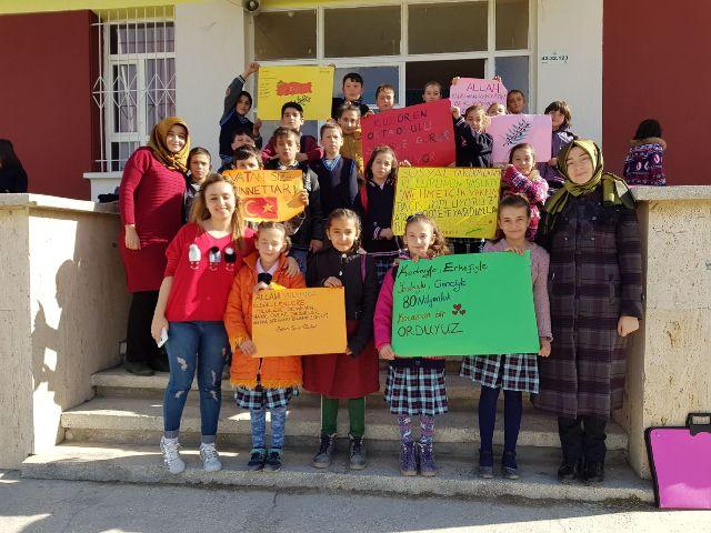 Öğrenciler harçlıklarını Mehmetçik'e bağışladı