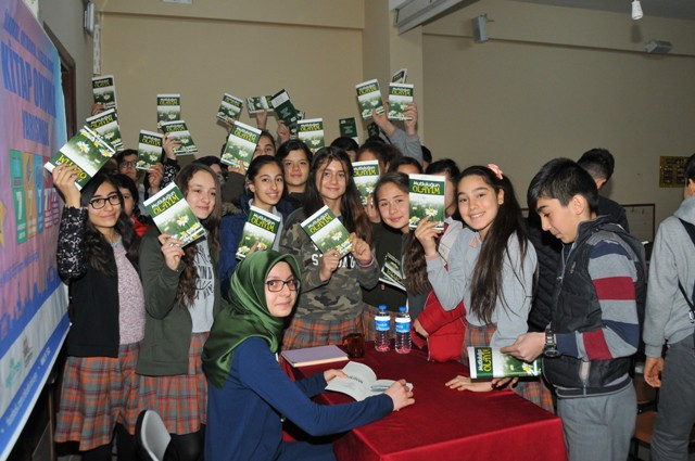 Akşehirli 17 yaşındaki yazar öğrencilerle buluştu