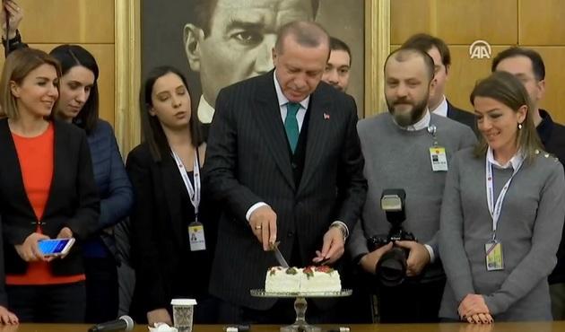 Gazetecilerden Erdoğan'a doğum günü kutlaması!