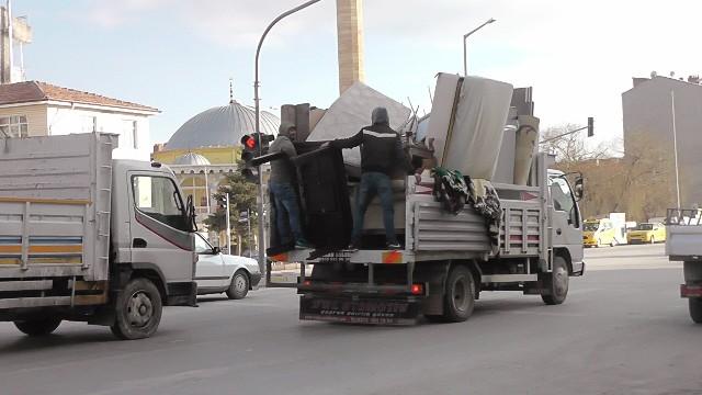 Konya'da eşya yüklü kamyonette tehlikeli yolculuk