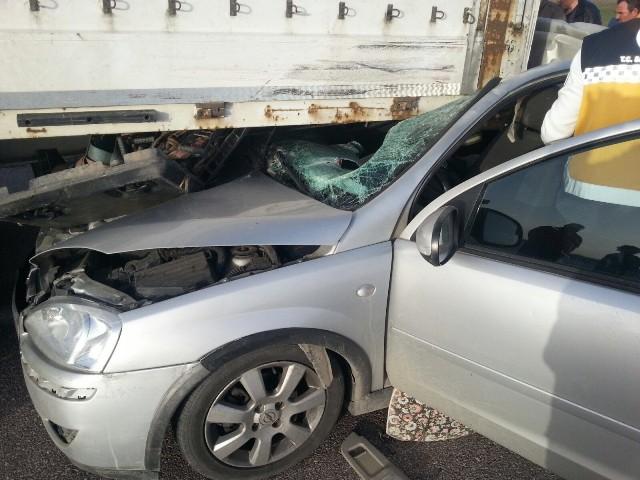 Otomobil tıra arkadan çarptı
