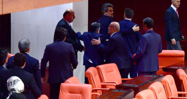 AK Parti ve HDP'li Milletvekilleri Arasında Afrin Kavgası: 3 Vekil Yaralandı