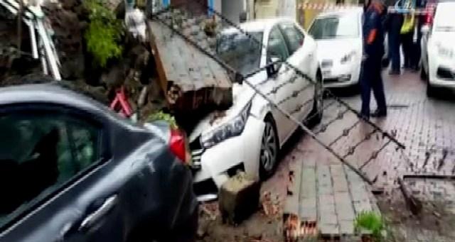 Beyoğlu'nda istinat duvarı çöktü! Araçlar göçük altında kaldı