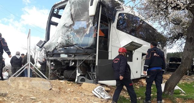 Kahramanmaraş'ta otobüs elektrik direğine çarptı: 18 yaralı