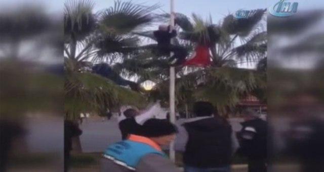 Türk bayrağını indirmek isteyince linç edilmek istendi
