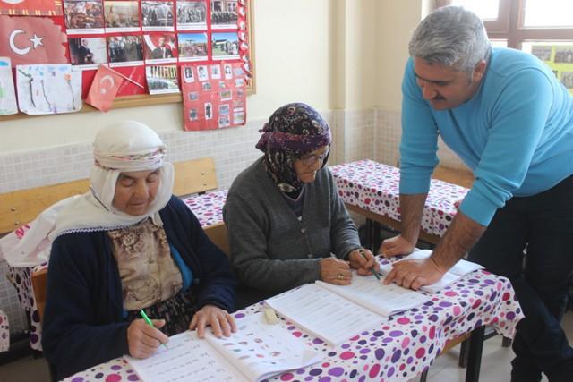 Karapınar'da okuma yazma kursuna yoğun ilgi