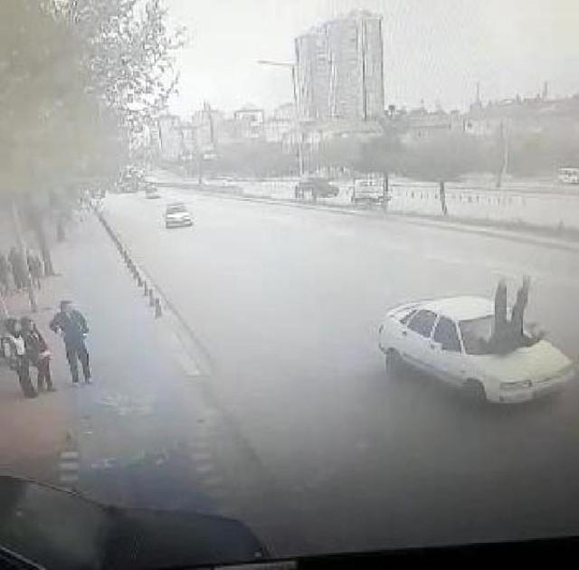 Konya'da Otomobil, Valiye Selam Veren Polise Çarparak Havaya Savurdu!