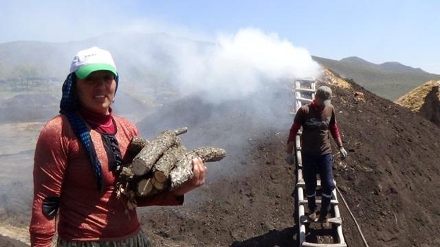 Mangal kömürünün karasından ekmek parası kazanıyorlar