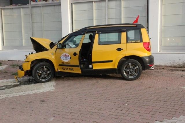 Ticari taksi ile minibüs çarpıştı: 1 ölü