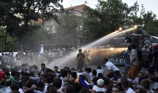 Ermenistan'da gerilim artıyor! Devrim ilan edildi!