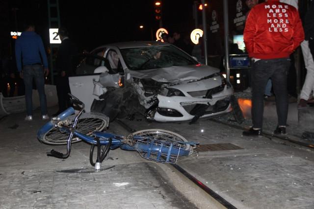 Otomobil Önce Bisikletliye Sonra Tramvay Durağına Daldı: 1 Ölü