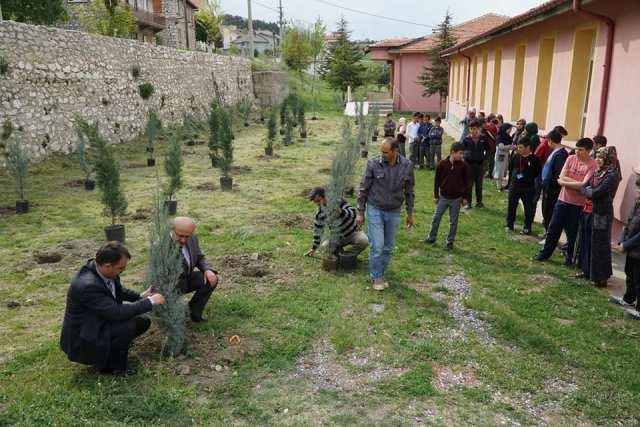 Derebucak'ta öğrenciler okul bahçesine fidan dikti