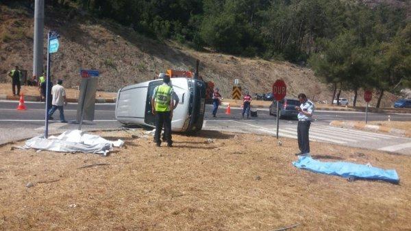 Turist minibüsü otomobille çarpıştı: 4 ölü 4 yaralı