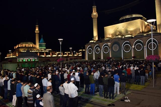 Konya'da Ramazan coşku  ve hüzünle başladıı