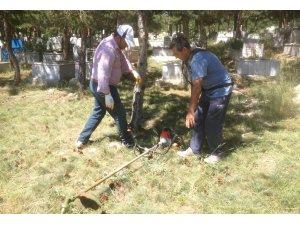 Bahadın'da mezarlık temizliği