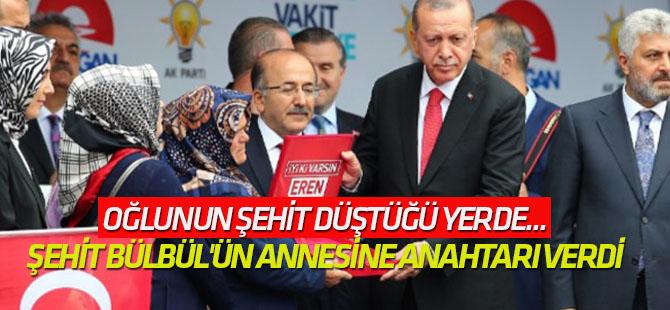 Erdoğan şehit Bülbül'ün annesine anahtarı verdi