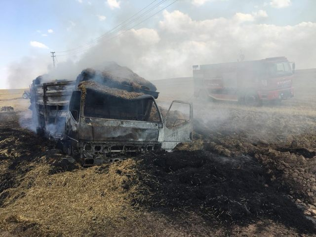Tuzlukçu'da saman yüklü kamyon yandı