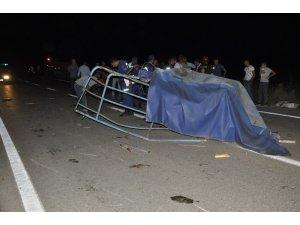 Kazada yola düşen tenteyi kaldırmak isterken ağır yaralandı