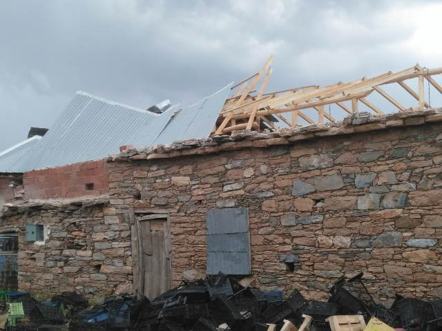 Hortum çatıları uçurdu