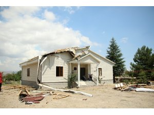 Fırtına ve hortum evlerin çatısını uçurdu