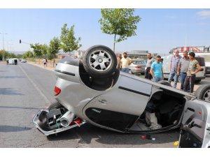 Aşırı hızlı araç kırmızı ışıkta bekleyen otomobile çarptı: 3 yaralı
