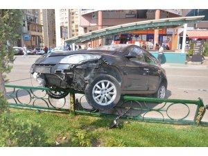 Kontrolden çıkan araç bariyere çarptı