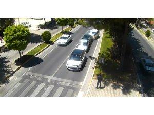 Sol şeritte durarak yayaya yol vermek isteyen sürücü kazaya neden oldu