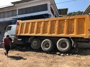 Freni boşalan kamyon paniğe neden oldu