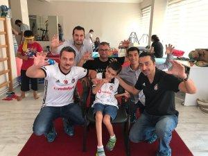 Beşiktaşlı özel çocuğun forma sevinci