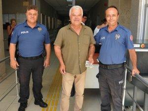 Polis adliye koridorunda bulduğu parayı sahibine teslim etti