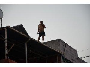 Alkollü şahıs eline ne geçtiyse dışarı atıp intihar etmek istedi