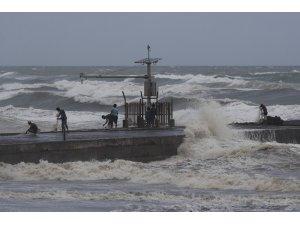 Süper tayfun 'Mangkhut' etkisini sürdürüyor