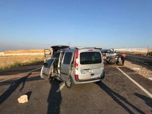Düşen plakayı takmak için duran araca iki otomobil çarptı: 3 ölü