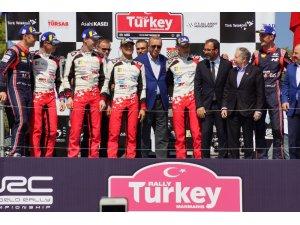 Şampiyonlar kupalarını Cumhurbaşkanı Erdoğan'ın elinden aldı