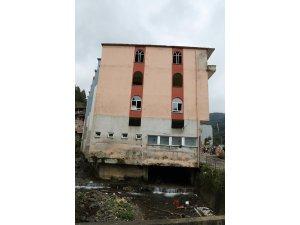 Rize'de altından dere geçen binanın yıkımına başlandı