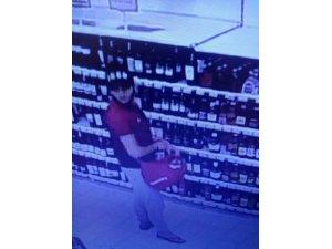 İçki hırsızlığı güvenlik kamerasında