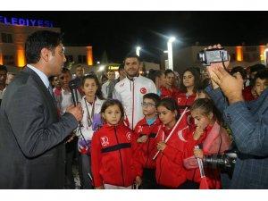 Selendili milli sporcu Ravza Bodur'a görkemli karşılama