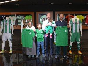 Konyaspor cefakar  taraftar ailesini onure etti