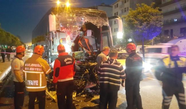 Yolcu otobüsü TIR'a çarptı: 1 ölü, 17 yaralı...