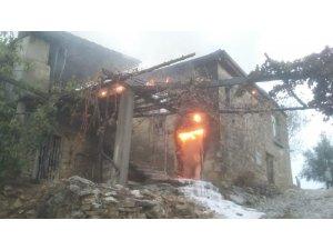 Antalya'da ev ve samanlık yangını