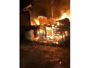Koyulhisar'da yangın: 7 ev kullanılamaz hale geldi