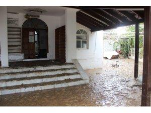 Bodrum'da sel sularıyla dolan camide ibadet yapılamıyor