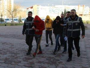 Halk otobüslerine dadanan hırsızlar tutuklandı