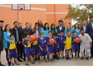 Kadın basketbolcular kırsal okullarda top dağıtıyor