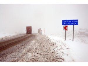 Tendürek Geçidi'nde kar yağışı ve sis