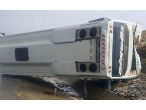 Bingöl'de midibüs devrildi:3 yaralı