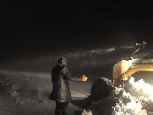 Kar nedeniyle kapanan yolda mahsur kalanlar kurtarıldı