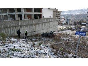Buz tutan yolda otomobiliyle şarampole yuvarlanan kadın öğretmen ölümden döndü